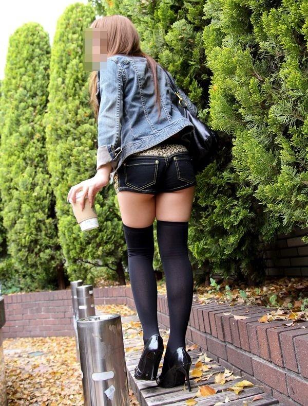 女性の脚が美しく見えるニーソエロ画像18