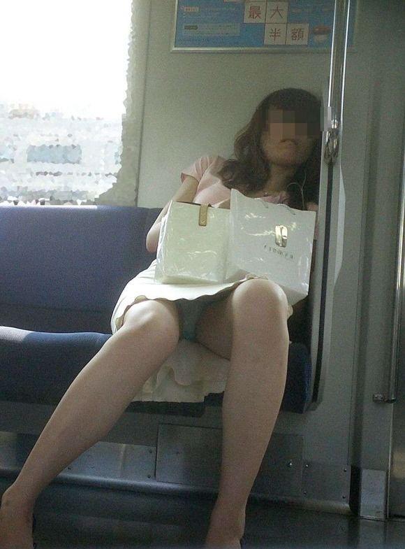 電車内でお姉さんパンモロ画像17