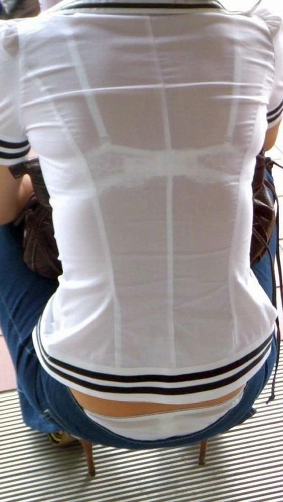 背中からブラジャーが透けてる素人娘エロ画像05