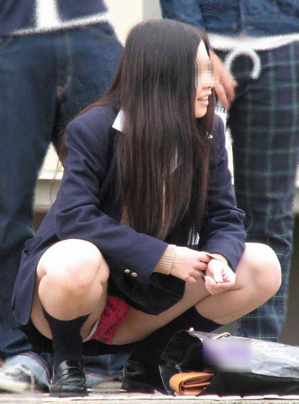 しゃがんだり座り込んだ女子校生のパンツエロ画像05