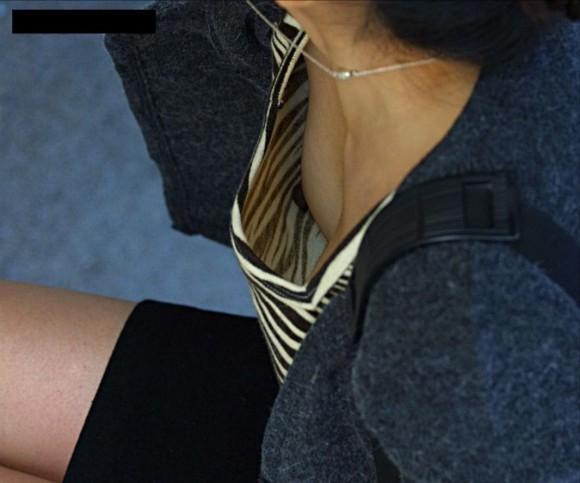大胆な胸チラエロ画像04