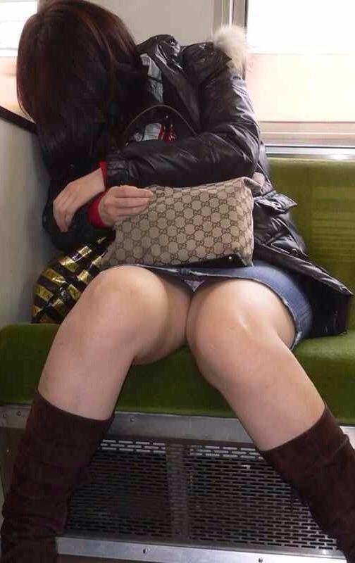電車内でお姉さんパンモロ画像04