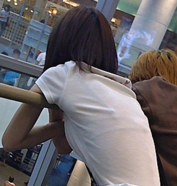 背中からブラジャーが透けてる素人娘エロ画像01