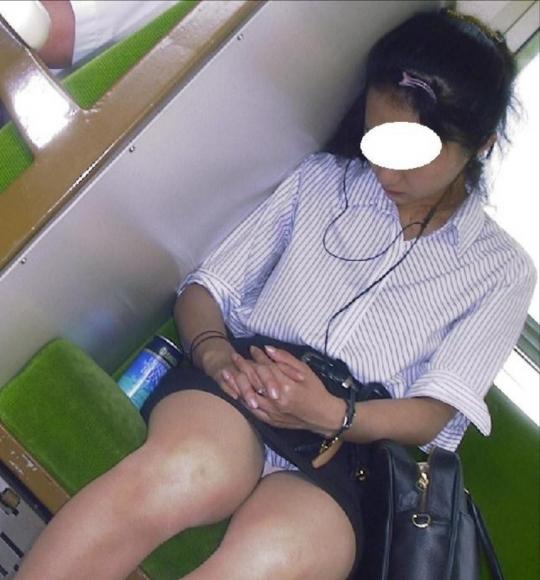電車内でお姉さんパンモロ画像01