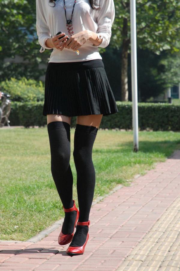 女性の脚が美しく見えるニーソエロ画像01