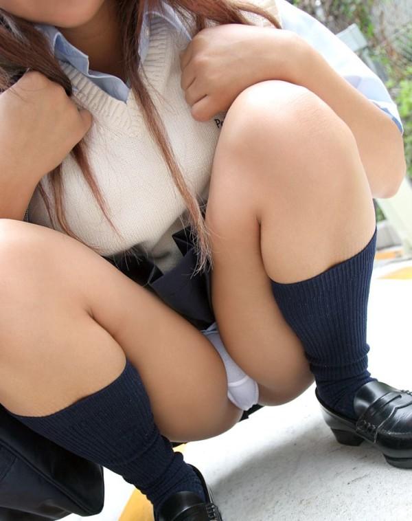 しゃがんだり座り込んだ女子校生のパンツエロ画像20