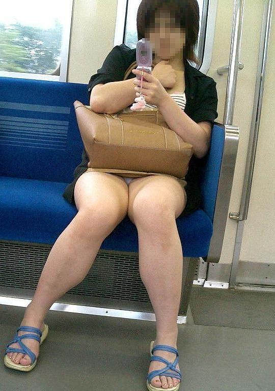 電車内でお姉さんパンモロ画像20