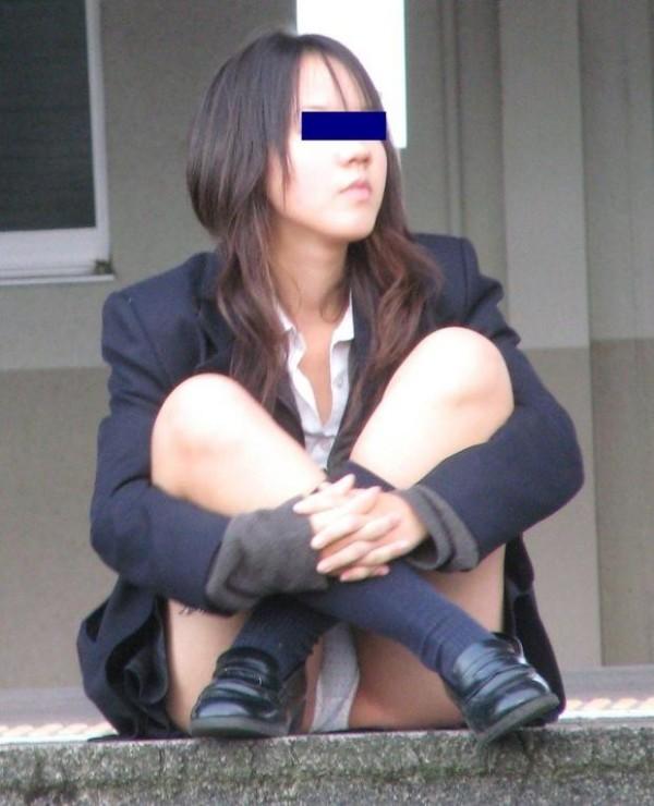 しゃがんだり座り込んだ女子校生のパンツエロ画像15