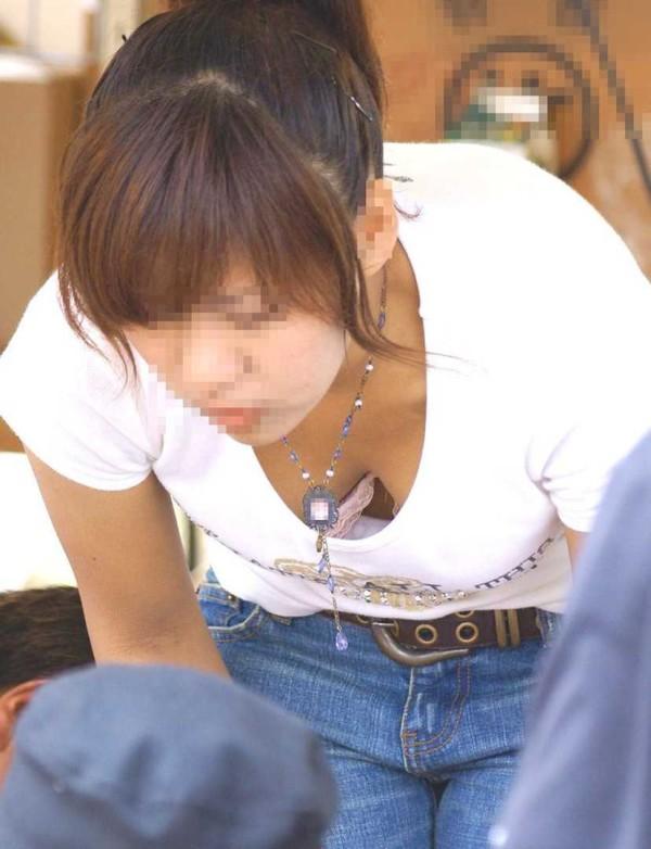 お姉さんのおっぱいチラリ画像02