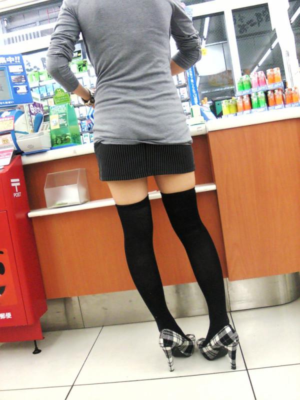 女性の脚が美しく見えるニーソエロ画像14