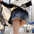 【パンチラエロ画像】街中でミニスカ過ぎてパンツ丸見えの女の子をエロ目線で釘付け!