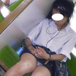 (列車内秘密撮影えろ写真)列車の対面に座ってるオネエさんの股が気になって堪らんwwwwww