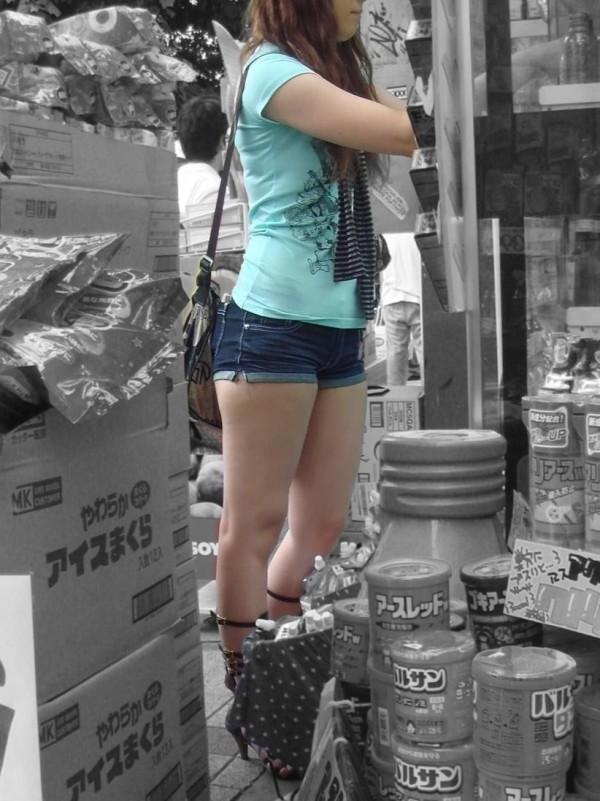ショートパンツを穿いているエロ画像16