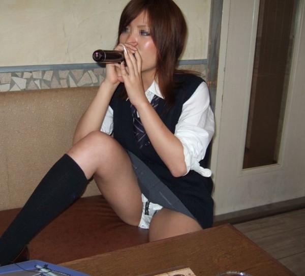 しゃがんだり座り込んだ女子校生のパンツエロ画像16