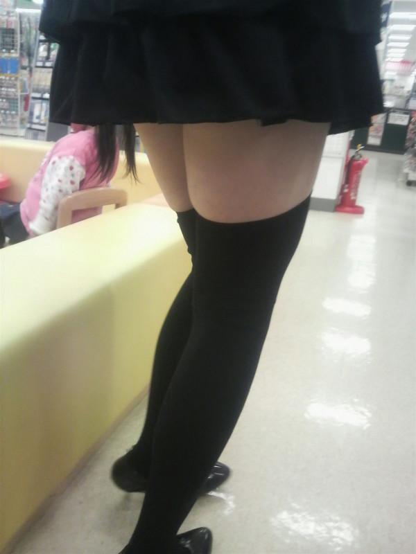 女性の脚が美しく見えるニーソエロ画像16