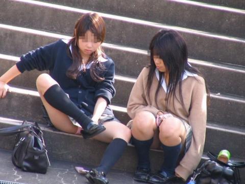 しゃがんだり座り込んだ女子校生のパンツエロ画像10