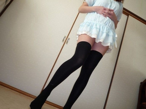 女性の脚が美しく見えるニーソエロ画像10