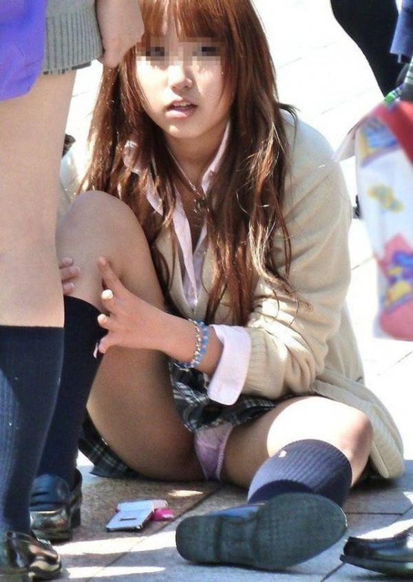 しゃがんだり座り込んだ女子校生のパンツエロ画像07