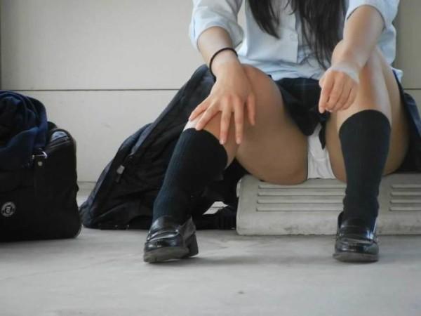 しゃがんだり座り込んだ女子校生のパンツエロ画像03