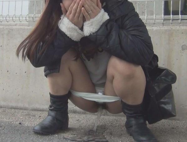 あっちこっちで放尿しているエロ画像08