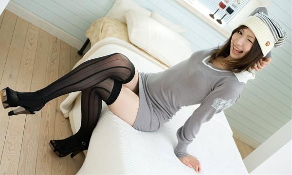 女性の脚が美しく見えるニーソエロ画像08