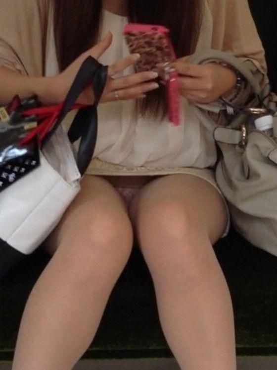 電車内でお姉さんパンモロ画像06