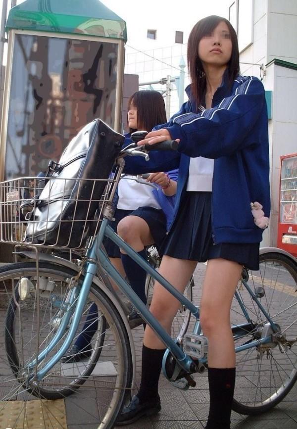 脚が輝いてる街撮りJKエロ画像18