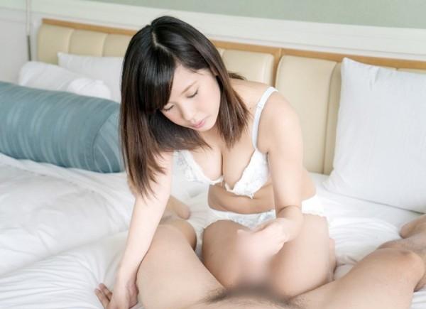 女性が手コキしてるエロ画像18