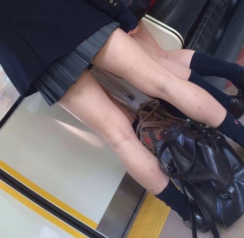 女子校生の下半身を盗撮したエロ画像05