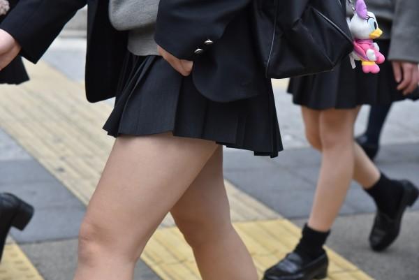 女子校生の下半身を盗撮したエロ画像04
