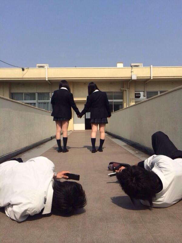 女子校生の下半身を盗撮したエロ画像01