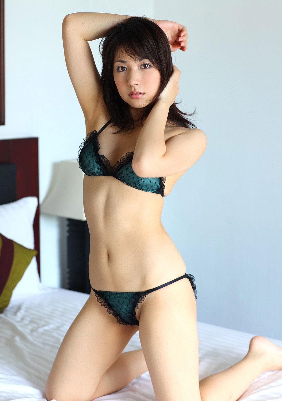 下着姿画像 二十歳ぐらいの女の半裸の着エロが見たい