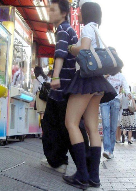 美脚に釘付けになる街撮りエロ画像02