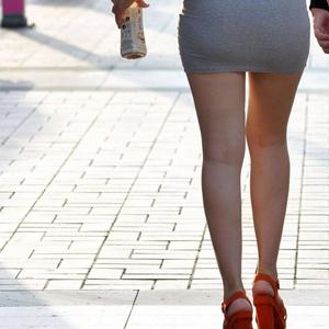 (脚マニアえろ写真)ミニスカートで生脚を惜しげもなく露出してるオネエさんがたまらん☆☆☆
