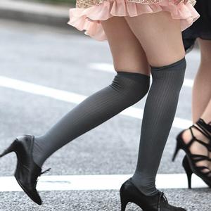 (ニーソえろ写真)ニーソックス履いた女子の太もも部分がいやらしく見えるwwwwww