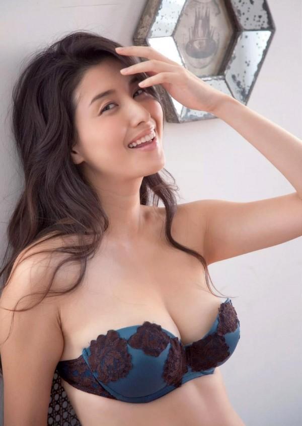 橋本マナミのグラビア画像12