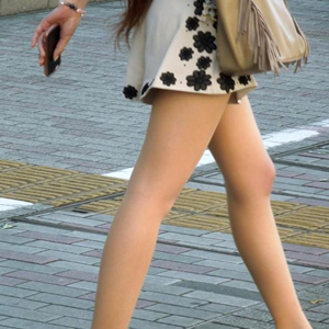 (ミニスカートえろ写真)こんな美足でミニスカで街を歩いてたらむらむらしちゃうwwwwww