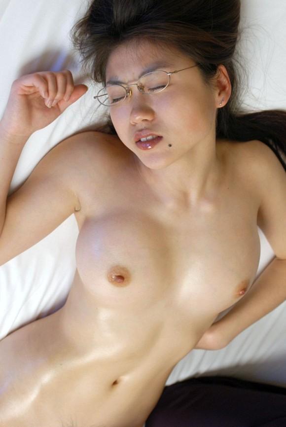 眼鏡をかけて性欲を発散させているエロ画像16