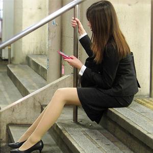 (OLストッキングえろ写真)働いてる社内レディーさんの純粋なセイフクのタイトスカートがえろい☆☆☆