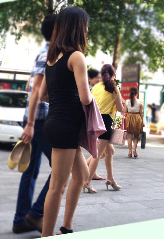 脚を見せつけているエロ画像11