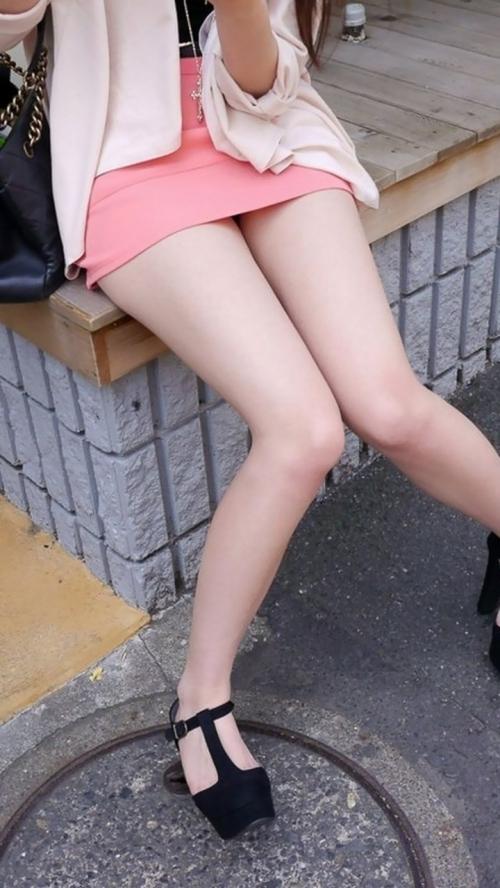 脚を見せつけているエロ画像18