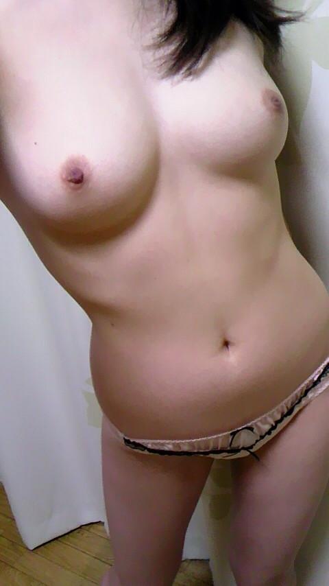 全裸をさらけ出して自撮りしているエロ画像17