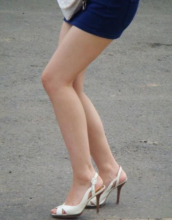 美脚しかも生足のエロ画像01