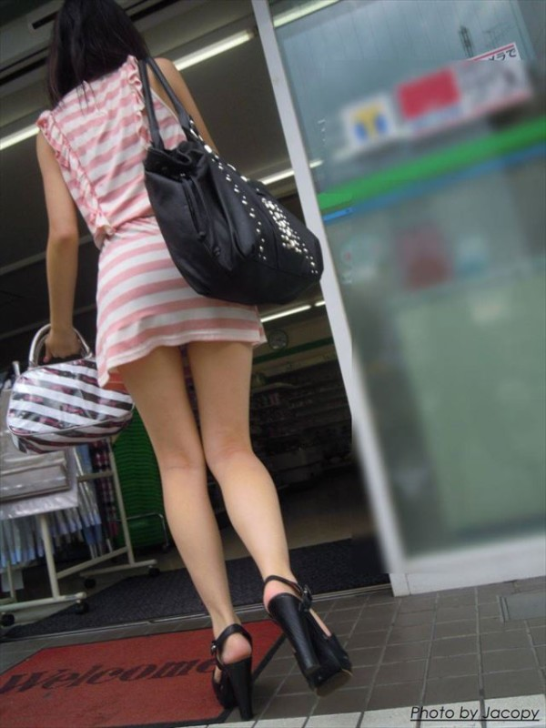 美脚しかも生足のエロ画像02