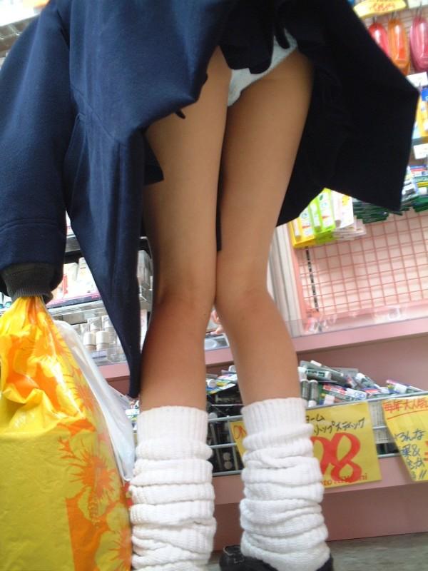 女子校生たちのパンティーを街撮りしたエロ画像14
