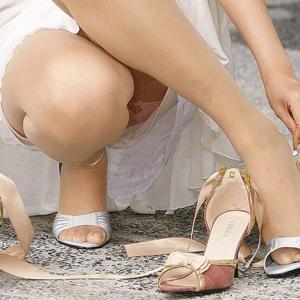 (パンツ丸見ええろ写真)スカートの隙間から思いっきりパンツ丸見えしちゃってますwwwwww