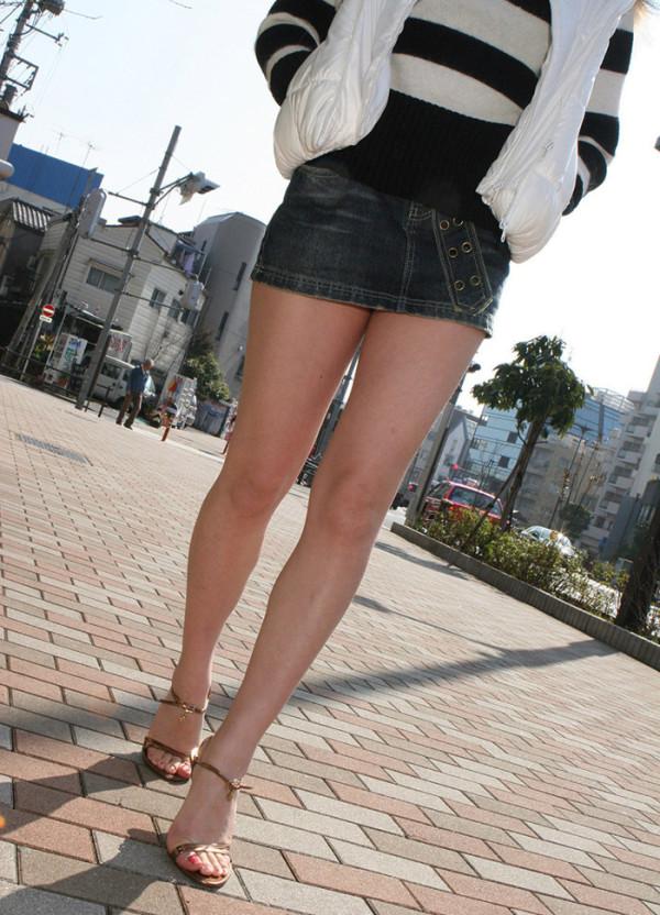 脚を見せつけているエロ画像16