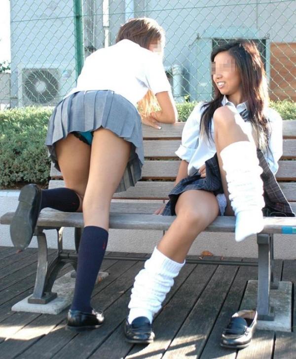 女子校生たちのパンティーを街撮りしたエロ画像10