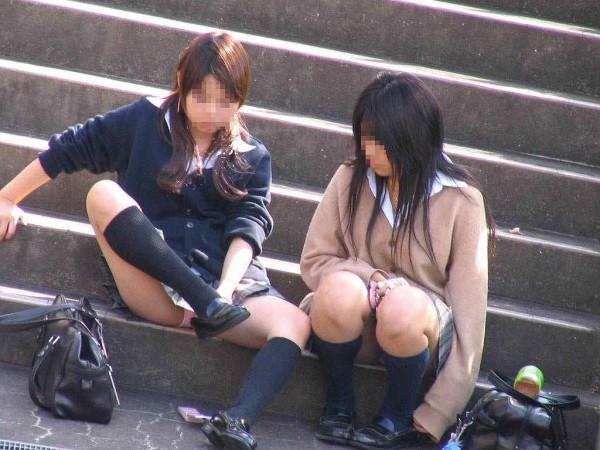 パンツとお尻を見せまくりな街撮りエロ画像08