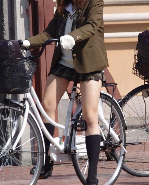 女子校生たちの街撮りエロ画像09